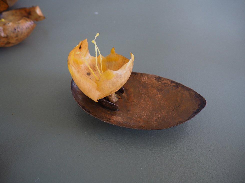 Výtvory mladých umělců ze studijního programu návrhářství – zaměření návrhářství skla a šperku. Na snímku je brož – lampička z lístků cibule.