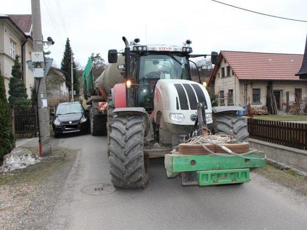 Traktorista neodhadl vzdálenost a poškodil zaparkovanou Suzuki.