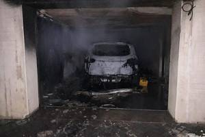 V podzemní garáži v Jablonném hořelo auto.