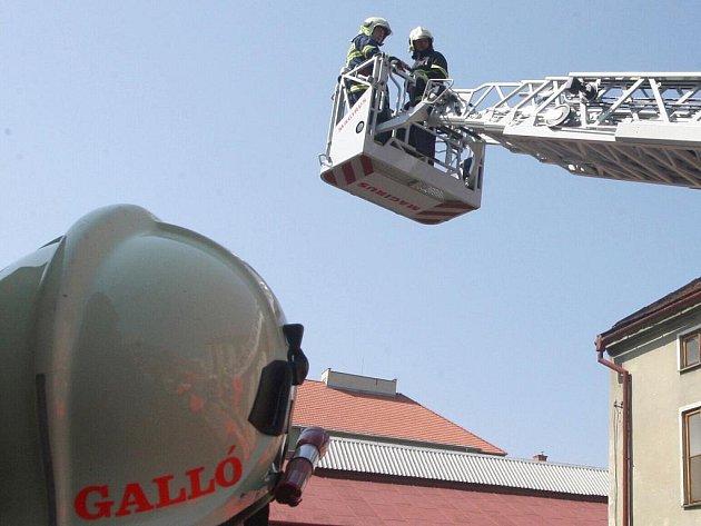 K MUŽI SE DOSTALI POMOCÍ VÝSUVNÉHO ŽEBŘÍKU. Zatímco velitel zásahu odvedl pozornost muže, dva hasiči mezitím vyšplhali na násep viaduktu a zezadu ho zpacifikovali. Zabránili mu tak vzít si vlastní život skokem z veliké výšky.