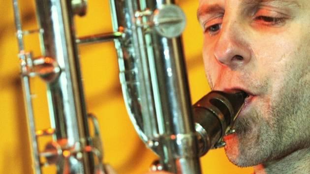 Také liberečtí posluchači měli v pondělí šanci vychutnat si moderní jazz švýcarského hudebního uskupení Lucien Dubuis Trio. Libereckým divákům se představili na Terase kulturního centra Lidové sady v rámci projektu Jazz do regionů.Na snímku Lucien Dubuis.