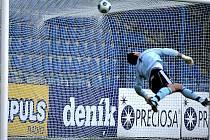 Takto zapadl míč po střele Váchy a odskoku od země za záda budějovického brankáře Kučery. Liberec tím odstartoval k výhře nad Českými Budějovicemi 3:0.