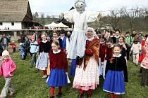 NA STATKU. Děti z folklorního souboru Jizera (snímek vlevo) rituálně vynesly z Dlaskova statku Smrt do řeky Jizery. Uvnitř statku byla otevřena nová expozice