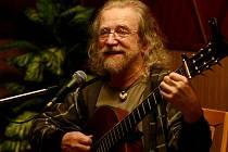 NÁMĚŠŤ! Svou nejznámější píseň zpíval Jaroslav Hutka před takřka milionovým davem.