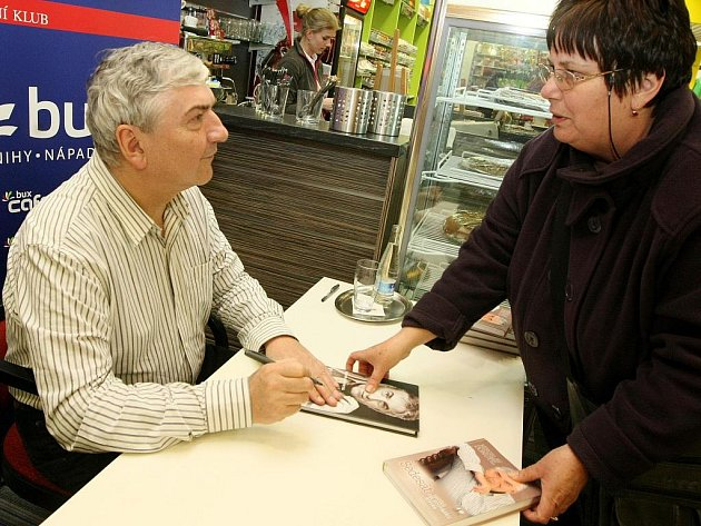Miloslav Donutil na své autogramiádě a besedě se čtenáři v libereckém knihkupectví Bux.cz.