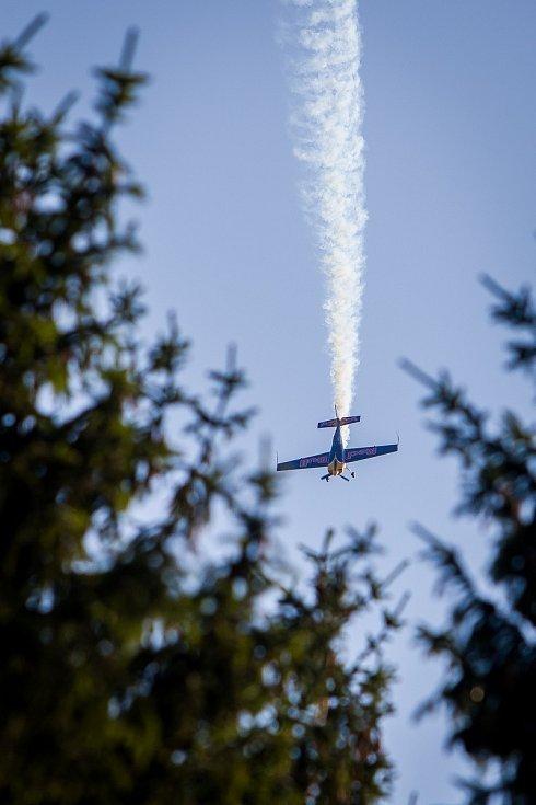 Finále závodu světové série horských kol ve fourcrossu JBC 4X Revelations proběhlo 14. července v bike parku Dobrý Voda v Jablonci nad Nisou. Na snímku je ukázka leteckého akrobata Martina Šonky, pilota světové série Red Bull Air Race.