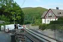 VLAKY se na trať vrátí až 26. června. Dřevěné pražce jsou nahrazovány betonovými. Stavební práce ale mají skluz.