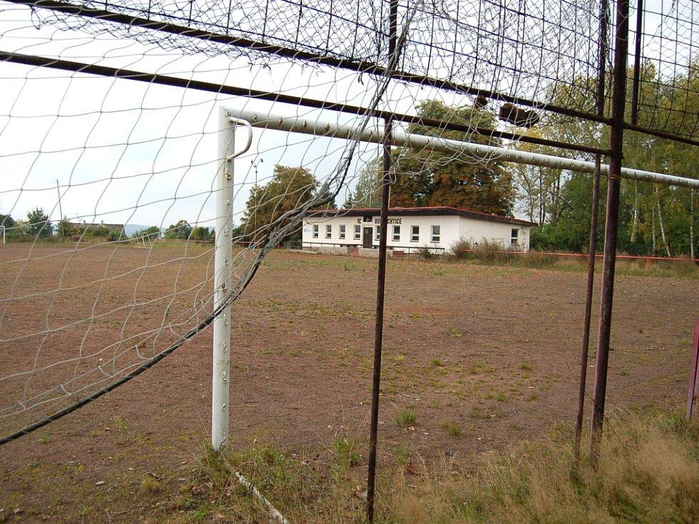 Liberec - Ruprechtice. Kvůli nevyhovujícímu škvárovému povrchu ruprechtičtí fotbalisté nemohou hrát krajské soutěže na domácím hřišti. Podmínkou je travnatý povrch nebo umělá tráva.