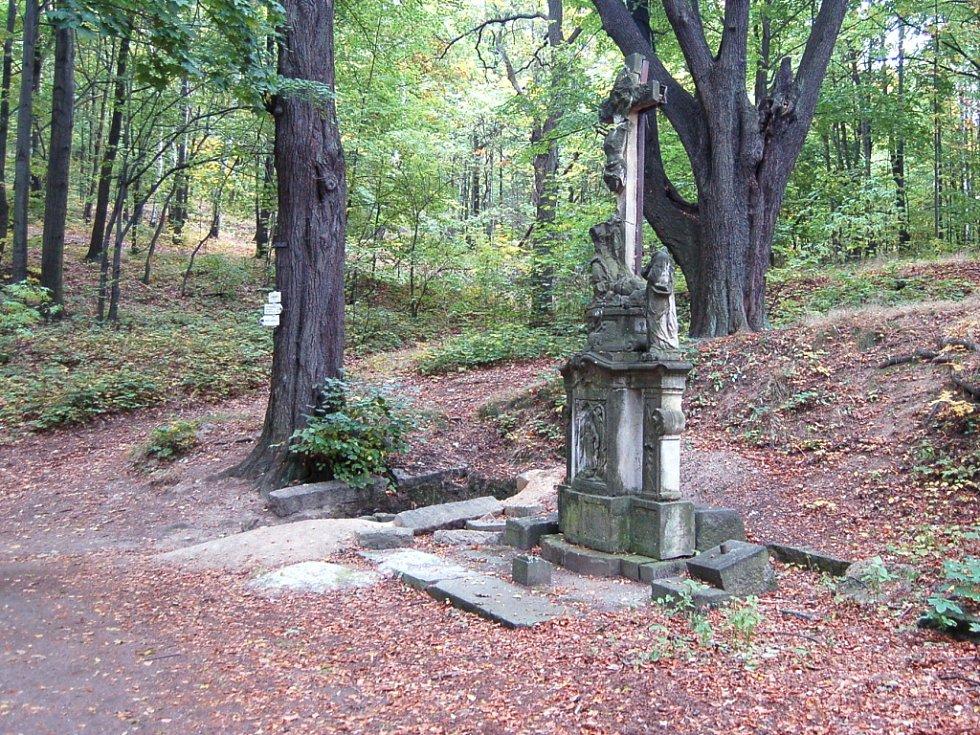 Liberec - Ruprechtice. Těžce nemocný sedlák a rychtář Johan Georg Wöber, jemuž patřil pozemek se studánkou, kdysi slíbil, že když se uzdraví, vztyčí u studánky kříž. Stalo se tak.