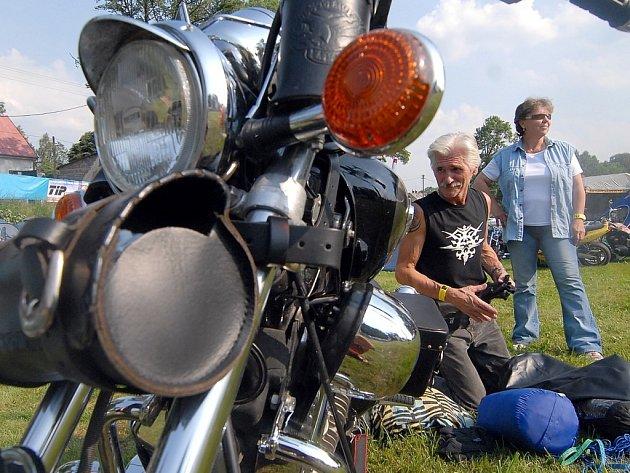 Honza Coufal z Liberce, který přijel s přítelkyní na motorce Yamaha Virago.