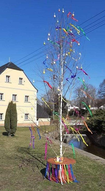 Velikonoční výzdoba v obci Dětřichov.