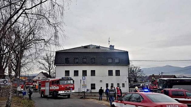 V Krásné Studánce hoří restaurace U Medvěda