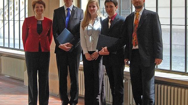 MLADÍ VĚDCI. Ředitelka Gymnázia F. X. Šaldy v Liberci Irena Přádná (vlevo) a školní dějepisář a odborný vedoucí obou studentů Jan Goll (vpravo) na snímku s Lukášem Hájkem a Filipem Binderem krátce po předání ocenění.