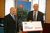 Ředitel liberecké průmyslovky Josef Šorm přebírá šek.