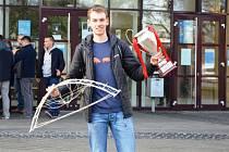 Student doktorského studia Fakulty strojní Technické univerzity v Liberci Tomáš Kořínek a jeho tým Hard Workers přivezl do Liberce pohár za první místo.