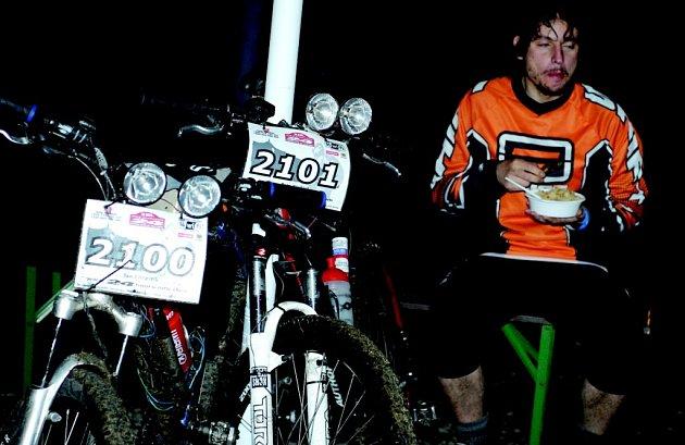24 HODIN NA KOLE. Závodníci si v extrémně náročném závodu našli chvíli na odpočinek.