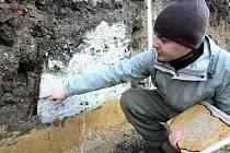 Ve dvoře hrázděného domu za náměstím archeologové odkryli takzvanou zemnici, základy středověkého obydlí, jejíž původ odhadují na druhou polovinu 15. století. Na snímku archeolog Roman Brejcha.