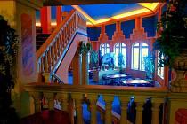 GOLD CLUB je bývalé kasino. Pro Liberec ale bylo prý příliš velké, tak je z něj dnes jeden z nejreprezentativnějších prostor Babylonu. Vyjít se z něj dá na přímo na terasu.