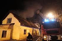 Požár domu zaměstnal sedm jednotek hasičů.