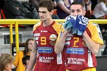 SMUTEK A ROZČAROVÁNÍ. Takové byly pocity hráčů i fanoušků Dukly po prohraném utkání s Brnem. Na snímku Tomáš Hýský (vlevo) a kapitán Lubomír Staněk.