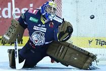 Hokejové utkání Tipsport extraligy. V Liberci mezi domácími Tygry a Rytíři Kladno. Marek Pinc sleduje puk, který se odráží od tyčky do branky a tygři prohrávají 0:2
