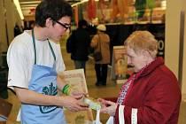 POTRAVINOVÁ SBÍRKA proběhla v České republice úplně poprvé. Potraviny pomáhají skupinám obyvatel jako jsou senioři, matky s dětmi nebo rodiny v tísni.