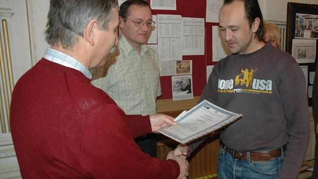 ABSOLVENTI KURZU. Deset úspěšných absolventů CNC kurzu převzalo certifikáty.