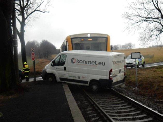 Polský řidič z dosud nejasných důvodů vjel na přejezd v okamžiku, kdy už k němu mířil vlak.