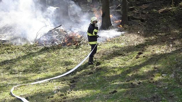 OD HROMADY LISTÍ MŮŽE ZAČÍT HOŘET LES. Proto hasiči upozorňují, že při pálení biologického odpadu na zahrádkách, je vždy potřeba dbát na zvýšenou bezpečnost a předejít tak neštěstí.