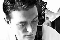 IRSKÝ HLAS A KYTARA písničkáře J. Eoina povedou zítra posluchače Na Rampě do hájemství irského folku.