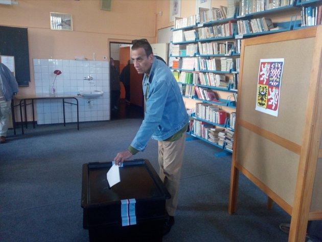 Vpátek odpoledne odvolil ve volební místnosti na ZŠ 5.května isyrský fotograf Ibrahim al Sulajman.