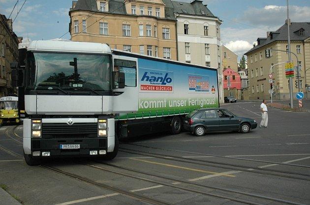 Srážka kamionu s osobním vozem.