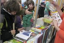 V PROSTORÁCH KNIHOVNY si mohli návštěvníci zakoupit dětské knihy vybraných nakladatelství za zvýhodněnou cenu.