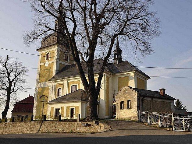 V DLOUHÉM MOSTĚ žije asi osm set obyvatel, kteří rádi zajdou do místního kostela.