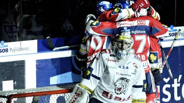 Typický obrázek pátého zápasu. Liberec smutní , Pardubice se radují