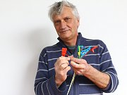 VĚDCI. Šéf projektu Bionická ruka Jan Koprnický z Ústavu mechatroniky a technické informatiky Fakulty mechatroniky Technické univerzity v Liberci a tvůrce protézy student Petr Najman.