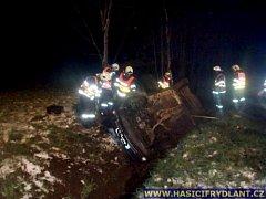 Na Frýdlantsku se převrátilo auto na střechu, posádka skončila v nemocnici.