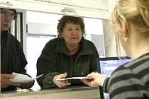Liberecká nemocnice najela na nový systém, díky kterému mohou pacienti převést svou povinnost zaplatit regulační poplatky na Liberecký kraj. Na snímku vyřizuje nemocniční úřednice převzetí dluhu.
