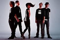 TOXIQUE. Úlítlé, ovšem velmi originální kostýmy zpěvačky a frontmanky Kláry  Vytiskové dodávají kapele na zajímavosti. Show této pětice je potom zajímavá i z vizuálního hlediska.