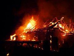 Při požáru chléva ve Sklenařicích na Semilsku uhořely tři krávy.