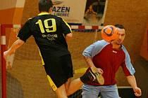 OKRESNÍ FUTSAL: Mistrovský zápas mezi York Liberec a GRUPS C.F. (v černém).