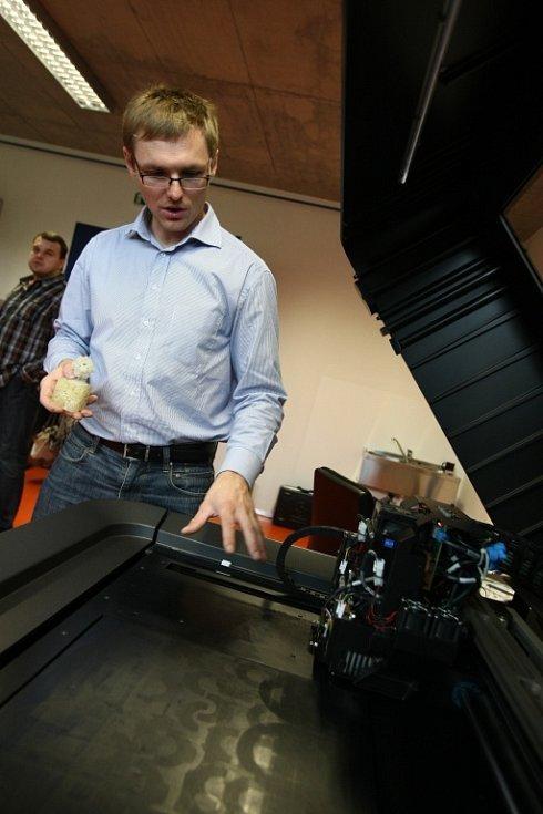 ŠPIČKOVÁ 3D TISKÁRNA. Zařízení, které by nebylo úplnou novinkou, pokud by nedokázalo to, čím se může pochlubit právě tohle. Nejenže umí tisknout současně ze dvou materiálů z celkem 14 nabízených, ale dokáže vyrobit prototyp, který je pohyblivý. Například