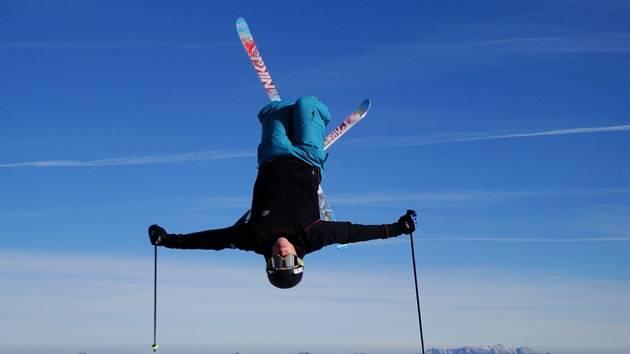 Akrobatický lyžař z Jablonce Daniela Honziga.