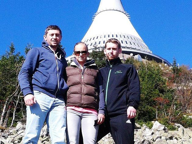 GOGITA ARKANIA NA JEŠTĚDU. Gruzínský borec (vlevo) s libereckými trenéry Terezou Matějkovou a Martinem Rethym.
