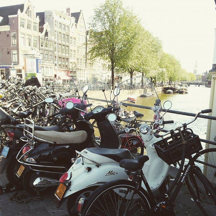 V AMSTERDAMU narazíte doslova na každém rohu na zaparkovaná kola a skútry.