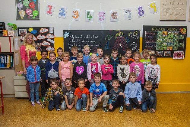 Prvňáci ze základní školy Dobiášova vLiberci se fotili do projektu Naši prvňáci. Na snímku je snimi třídní učitelka Veronika Viková.