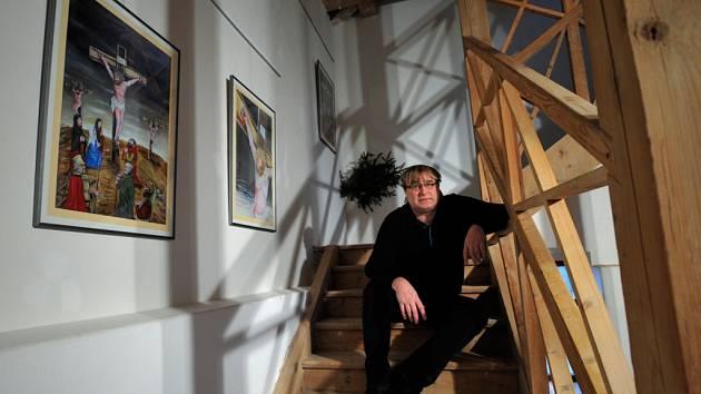 KALVÁRIE. Sedmnáct zastavení zdobí od minulého týdne schodiště vedoucí do vyhlídkové věže historické budovy Lidových sadů. Autorem je smržovský výtvarník, autor tisíců kreslených vtipů, ale také malíř a ilustrátor Petr Urban.