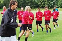 Fotbalisté třetiligového béčka Slovanu Liberec se svým trenérem Františkem Šturmou.