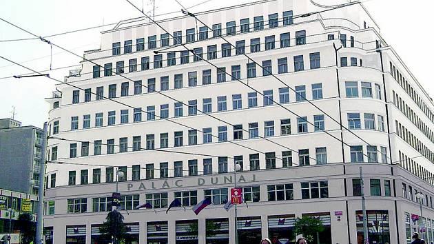 VIZUALIZACE návrhu z ateliéru architekta Petra Stolína zredukovala barevnou fasádu jen na dvě barvy. Budova tak vynikne v záplavě reklam a barev, které obklopují Soukenné náměstí. V průběhu roku se na fasádě objeví i nový nápis Palác Dunaj.