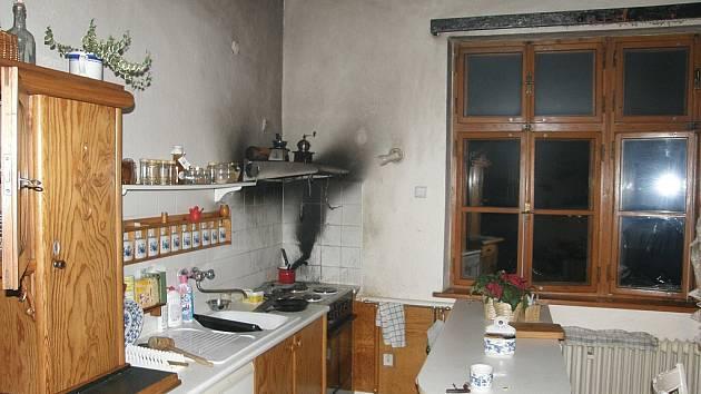 Lednový požár v rodinném domě ve Frýdlantu napáchal padesáti tisícovou škodu. Hasiči v kuchyni nalezli na vařiči hrnec s pálícím se kosmetickým parafinem a hořící digestoř.